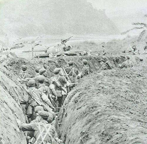 Lính Trung Quốc cùng sự yểm trợ của xe tăng tấn công vào lãnh thổ Việt Nam.
