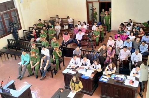 Phiên tòa xét xử vụ tai biến chạy thận tại Bệnh viện Đa khoa tỉnh Hòa Bình xét hỏi những người có liên quan