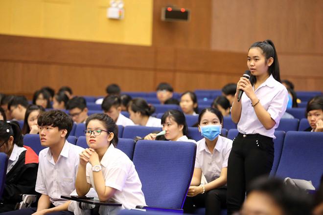 Chiều 24/6, thí sinh đến phòng thi làm thủ tục dự thi